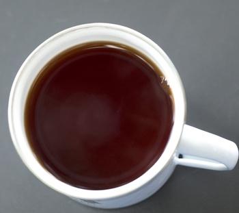 Blattläuse mit schwarzem Tee vertreiben