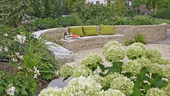 Geschwungene Gartenmauer mit Sitzbank