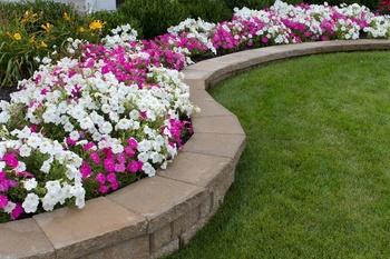 Eine Hochbeeteinfassung als Design-Element für formale Gärten