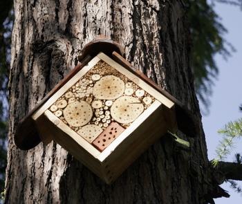 Insektenhotel für Bienen und andere Insekten