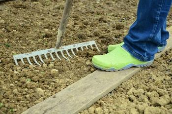 Arbeiten im Gemüsegarten im Februar