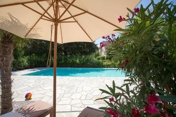 Optimaler Sonnenschutz im Garten an heißen Tagen