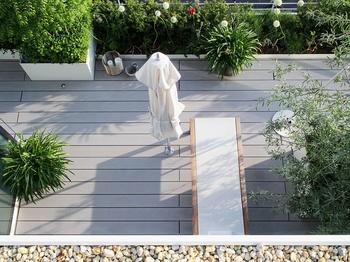 Begrünte Dachterrasse mit wetterfesten WPC Terrassendielen