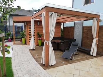 Terrasse mit Seilspannsegeln und Seitenssegeln