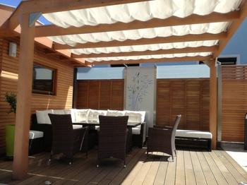 Terrasse mit Seilspannsegeln