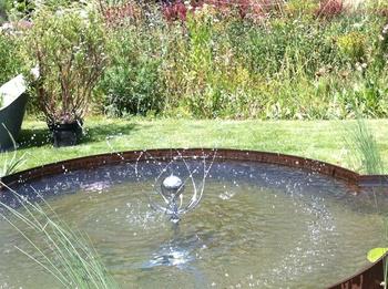 Wasserspiel MOHN in einem Stahlbassin
