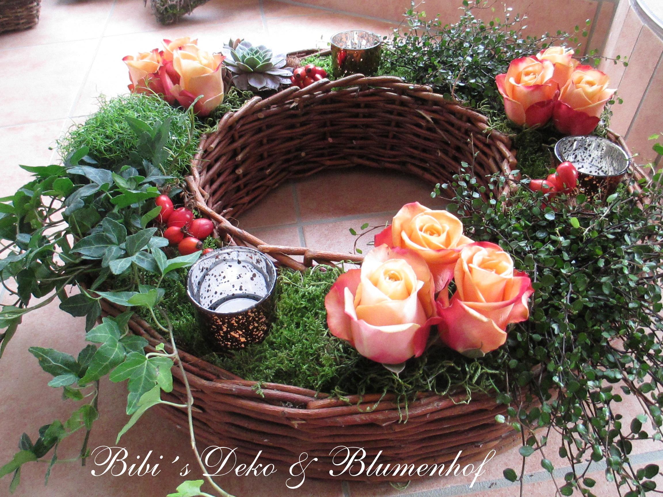 Feuriges Herbstlicht mit Rosen
