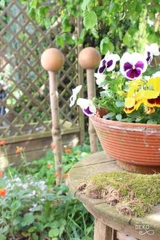 DIY Gartenstecker aus Ästen und Kugeln