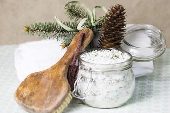 Wald-Wellness pur: Winterbadesalz mit Fichtennadeln