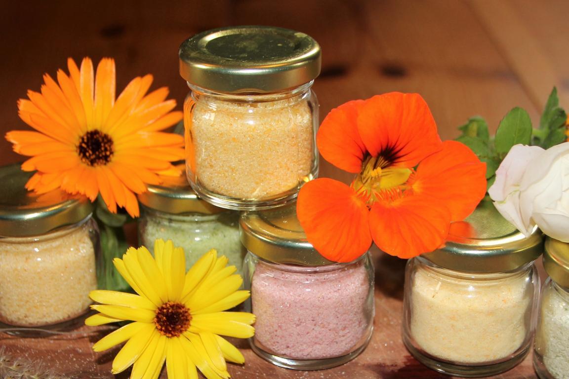 Blütenzucker und bunte Kräutersalze herstellen