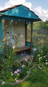 Eine Gartenlaube aus alten Türen und Fenstern bauen