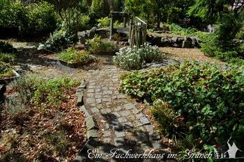 Wege im Garten interessant gestalten